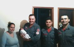 Após parto na última quinta-feira, Bombeiros voltam para visitar bebê na Cohab 1 -   Na madrugada da última quinta-feira, 30, uma equipe dos Bombeiros foi acionada pelo telefone 193 para auxiliar uma gestante no bairro Cohab 1, em Botucatu, que estaria em trabalho de parto. Os bombeirosMilanesi, Lino e Gama tiveram que realizar o parto dentro da residência.  Depois de - http://acontecebotucatu.com.br/policia/apos-parto-na-ultima-quinta-feira-bombeiros-voltam-