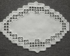 Centro de mesa de tapete Hardanger - blanco sobre blanco con corte detalle