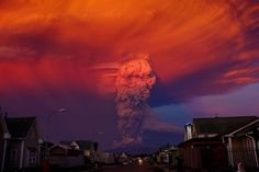 A general view of Chilean Calbuco volcano from Puerto Montt, located approximately 1,000 km (620 miles) southern of Santiago de Chile, Chile. April 22, 2015. Due to the eruption of the volcano, authorities declared a red alert and ordered the evacuation of inhabitants of Ensenada, Alerce, Colonia RÌo Sur and Correntoso towns.