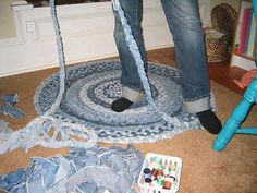 Braided Denim Rug - There is a technique where no sewing is required. #recycle