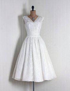 Une robe de mariée blanche courte                                                                                                                                                                                 Plus