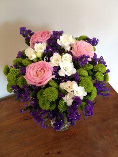 Preciosa composición de rosas, margaritas y statices en tonos morados, verdes, rosas y blancos. Dos tamaños a elegir. https://www.maximaflores.com/ramo-flores-simplemente-gracias-p-269.html