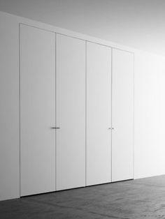 Armadio a muro 4 ante cm - Pannellofilomuro. Hallway Cupboards, Cupboard Doors, Hallway Closet, Closet Bedroom, Wardrobe Design, Built In Wardrobe, Invisible Doors, Casa Milano, Mdf Doors
