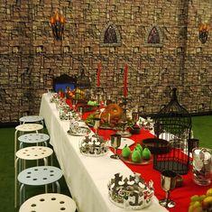 Una escena preciosa para una fiesta medieval / An impressive scene for a medieval party mediev parti, kids birthday party knight, birdcag, food tabl