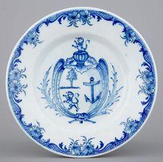 Assiette armoriée en faïence de Delft bleu et blanc, 1796-1811.