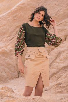 Falda lápiz de inspiración safari, con solapa cruzada en cintura, abertura en bajo, bolsillos con maxi botón en frente y cierre invisible posterior.