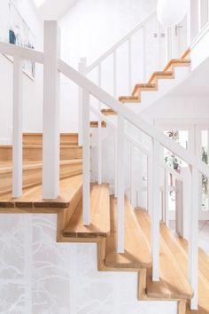 Białe schody w aranżacji
