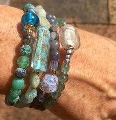 Blauwe parel armband, Agate edelstenen, Venetiaans glasparels, 14K goud plaat gestapeld door EarthbeadsByYasmy op Etsy https://www.etsy.com/nl/listing/462806296/blauwe-parel-armband-agate-edelstenen