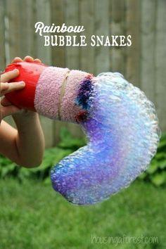 Haz Serpientes Arcoíris de Burbujas utilizando elementos que probablemente ya tienes en tu casa.   29 Formas de matar el aburrimiento que tus hijos amarán