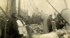 Reverendo Hind na embarcação Mackay-Bennett, realizando um funeral coletivo realizado para as vítimas do Titanic. Tragédia ocorrida em 15 de abril de 1912, que deixou mais de 1.500 mortos.