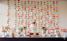 Hoje mostro-vos uma festa que achei completamente deliciosa, não fosse o tema escolhido os gelados!   Super giraa cortina de bolas de vár...