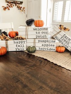 Country Christmas Decorations, Farmhouse Christmas Decor, Book Decorations, Fall Crafts, Decor Crafts, Book Crafts, Diy Crafts, Halloween, Painted Books
