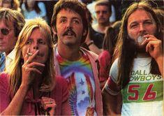 Linda y Paul McCartney con David Gilmour en un concierto de Led Zeppelin en el verano de 1976.