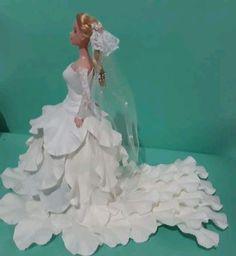 Boneca tipo Barbie com vestido de noiva em eva
