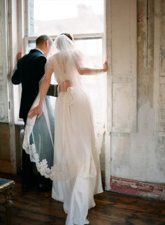 inspiration | newlyweds peeking at their guests before the exit | aneta mak photography