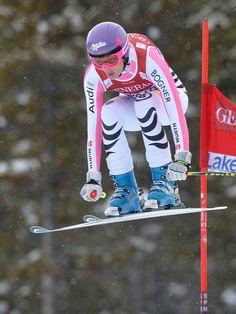 Maria Höfl-Riesch versuchte auch bei schlechter Sicht alles aus sich herauszuholen. Jedoch verpasste sie beim zweiten Abfahrtslauf in Lake Louise das Podium und fuhr auf Rang sechs. Die Amerikanerin Lindsey Vonn gewann den Lauf. (Foto: Nick Didlick/dpa)