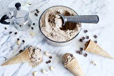 Crème glacée végétalienne aux noix de cajou, café et morceaux de chocolat | Recette