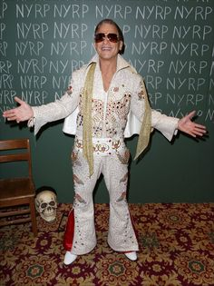 Pin for Later: Holt euch bei den Stars Inspiration für euer Halloween-Kostüm Tony Danza als Elvis