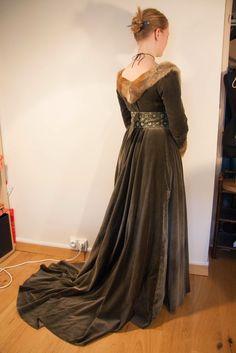 L'Atelier d'Esaïkha Création: XVe : Robe à Tassel - dos de la robe