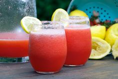 strawberry lemonade vodka drinks. this would be perfect for summer.