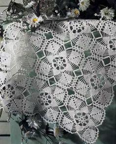 """Napperons carrés aux motifs assemblés , accompagnés de leurs grilles gratuites , trouvés dans la Galerie Picasa de """" Urszula """" . A réaliser au crochet n° 1,00 à 1,50 Napperon aux grands motifs Napperon aux fleurs violettes Napperon aux petites fleurs..."""