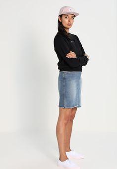 ¡Consigue este tipo de falda vaquera de Cheap Monday ahora! Haz clic para  ver los detalles. Envíos gratis a toda España. Cheap Monday ALMOST Falda  vaquera ... 33a6ade1ed8c