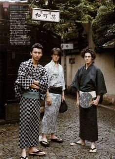 Young men wearing yukata in Japan. A yukata (浴衣) is a Japanese garment, a casual summer kimono usually made of cotton or synthetic fabric, and unlined. Yukata are worn by men and women. Look Kimono, Male Kimono, Yukata Kimono, Kimono Japan, Japanese Kimono Male, Japanese Yukata, Kimono Fabric, Geisha, Modern Kimono