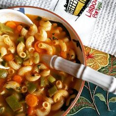 This Portuguese vegetable soup with white beans and spinach (sopa de legumes com feijão branco e espinafres) is healthy and delicious. Portuguese Soup, Portuguese Recipes, Brazilian Portuguese, Bean Soup Recipes, Chowder Recipes, Pasta Soup, Le Diner, Spinach Recipes, Dinner Is Served