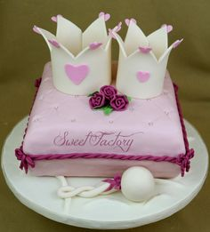 Baby girl cake - Queen to be cake baby shower cake.