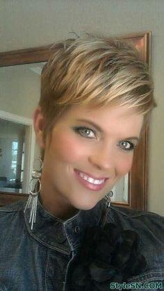krótkie blond włosy z pasemkami