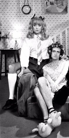John Deacon and Roger Taylor in Queen video. Queen Photos, Queen Pictures, Queen Freddie Mercury, Queen Band, Brian May, John Deacon, I Am A Queen, Save The Queen, New Music