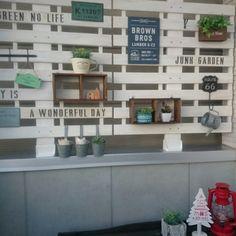 yuta703さんの、100均,malcoさんリメ缶,ガーデンフェンス,ディアウォール,すのこリメイク,salut!,ランタン,3Coins,ミカヅキモモコ,ダイソー,セリア,フェイクグリーン,DIY,ステンシル,玄関/入り口,のお部屋写真 Broken Pot Garden, Garden Junk, Garden Pots, Diy Design, Interior Design, Daiso, Diy And Crafts, Life Hacks, Layout