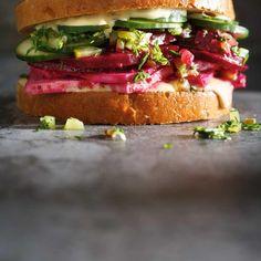 Ricardo's recipe: Beet and Tofu Deli Sandwich Sandwich Sauces, Deli Sandwiches, Mustard Pickles, Ricardo Recipe, Pickle Relish, Pescatarian Recipes, Cold Meals, Beets, Vegetarische Rezepte