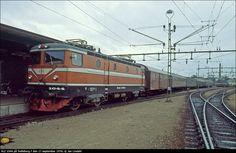 Rc2 1044 har kommit ner från Malmö med tre vagnar mot kontinenten. De två vagnarna närmast efter loket stannar dock på denna sidan Östersjön.