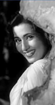 Evergreen real beauty of beautiful Madhubala Beautiful Bollywood Actress, Most Beautiful Indian Actress, Beautiful Actresses, Classic Actresses, Indian Actresses, Actors & Actresses, Rekha Actress, Old Actress, Bollywood Stars