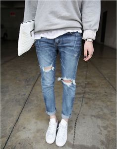 Street style l ripped jeans l minimal l classic l white sneakers Style Casual, Casual Chic, Style Me, Mode Outfits, Casual Outfits, Fashion Outfits, Fashion Trends, Winter Outfits, Look 2015