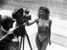 """1946 © Louis Réard    5 jours après les premiers essais nucléaires sur l'Atoll de """"Bikini"""", soit le 5 juillet 1946, Louis REARD, dévoile un maillot de bain deux pièces qu'il a voulu """"le plus petit du monde"""", et qu'il baptise le « Bikini » en référence à l'atoll du même nom.    Tellement petit qu'aucun mannequin professionnel n'a accepté de participer aux essayages. Pour la présentation en public, Louis REARD doit fait appel à une danseuse nue du Casino de Paris : Micheline Bernardini."""