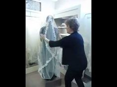 Toni Federici shows how to bustle a Cathedral Veil - YouTube