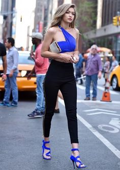 Gigi Hadid in a tiny blue asymmetrical crop top, showing off her toned midriff. Gigi Hadid in a tiny blue asymmetrical crop top, showing off her toned midriff. Fashion Pants, Look Fashion, Street Fashion, Fashion Outfits, Womens Fashion, Fashion Details, Net Fashion, Paris Fashion, Teen Vogue