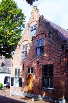 Maar het oudste huis van Oisterwijk staat op nummer 90 en werd volgens de muurankers gebouwd in 1633. Het werd de Brouwkuip genoemd. Het huis heeft een mooie renaissancegevel. De kelder is een restant van een nog ouder huis.