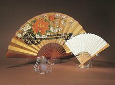 déco japonaise, éventails à fleurs en bambou et papier coloré
