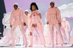 Beyonce en Dsquared, Lady Gaga en Gucci, Bruno Mars en Versace... Les looks de…