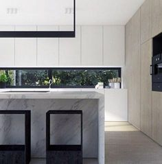 A stunningly minimalist and light design. Marble, timber and white laminate materials are classics and always tie in perfectly together. Kitchen Inspirations, House Design, New Kitchen, Kitchen Interior, Home, Interior, Minimalist Kitchen, Minimalist Interior, Contemporary Kitchen