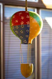 artesanato com cabaça balão de pendurar em teto Rose Crafts, Diy And Crafts, Coconut Shell Crafts, Gourds Birdhouse, Mini Balloons, Decorative Gourds, Gourd Lamp, Painted Gourds, Bird Houses