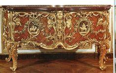 Grande commode ...ramenée à sa place initiale après de nombreuses pérégrinations ...dans le cabinet du roi à Versailles . Il servait de meuble médailler à Louis XV ...grand collectionneur de ...médailles bien sûr . Antoine G. Gaudreau , ébéniste de Louis XV plus d'une bonne vingtaine d'années, réalisa le meuble , exécuta des décors de bois de violette ...orna ses meubles de bronzes ciselés par Slodtz lui même et par Caffieri .