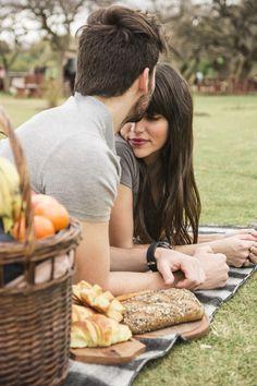 Primer plano de un hombre besando a su novia en la frente en el parque Foto gratis