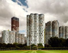 Tours Aillaud / В 1977 году французский архитектор Emile Aillaud (Эмиль Айо) построил в Париже целый микрорайон из зданий необычной конструкции. Этот архитектурный комплекс называется Tours Aillaud, и включает в себя не только жилые дома, ...