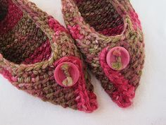 Tunisian slippers .How cute are these? Free pattern - got to make them. Tunisian stitch slippers