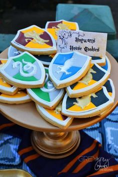 Check out the awesome house cookies at this Harry Potter Birthday Party!- Check out the awesome house cookies at this Harry Potter Birthday Party! See mo… Check out the awesome house cookies at this Harry… - Harry Potter Snacks, Harry Potter Cupcakes, Harry Potter Halloween, Harry Potter Motto Party, Harry Potter Thema, Gateau Harry Potter, Cumpleaños Harry Potter, Harry Potter Birthday Cake, Harry Potter Wedding Cakes