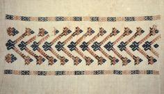 Motiv:      Detalj av linduk. Ullbroderi i smøyg fra Voss.  Historikk:      Eierskap:      1977  Identifikasjonsnr.:      NF.34001-003  Eier:      Norsk Folkemuseum